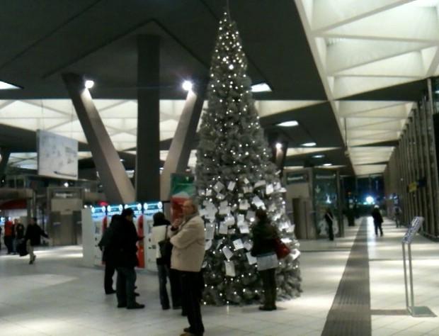 Addobbi Natalizi Napoli.Natale Rinnovato Il Presepe Della Stazione Centrale Di Napoli