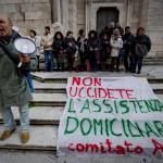Protesta al Duomo degli operatori del welfare