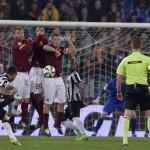 Tevez su punizione, il gol del momentaneo vantaggio bianconero (fonte: La Stampa)