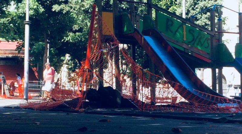 Piazza Cavour, i giochi negati a i bimbi: «Inascoltate le nostre richieste, ridate le giostre ai bimbi»